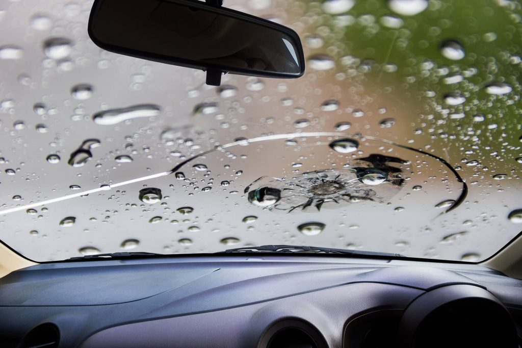 What to Do If Your Windscreen Cracks While Driving | Instant Windscreens